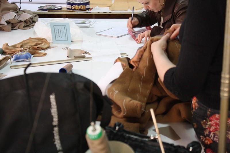 Academia de corte y confección Encarna López. Alumnas trabajando.
